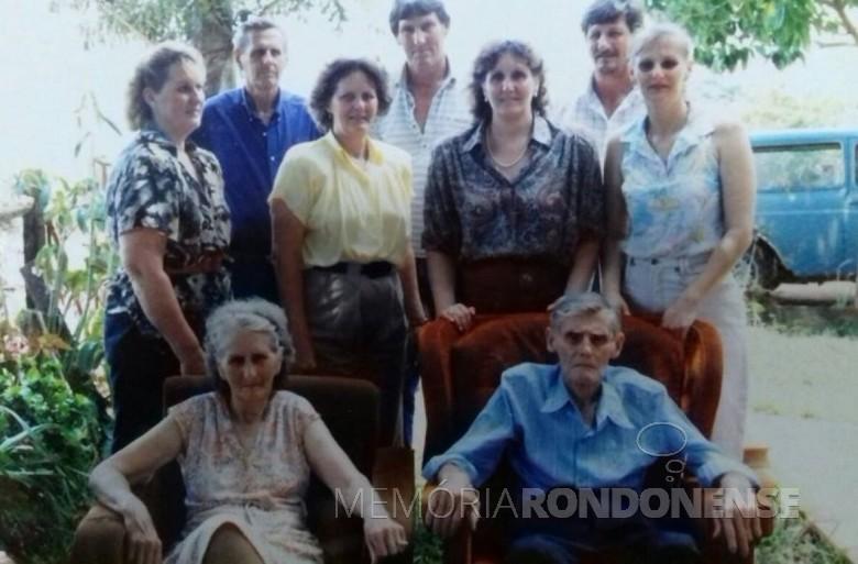Aloicius Mees com a esposa Hertha e filhos Arlindo, Armando, Orlando, Selda, Eli, Venilda e Clair, falecido em 21 de fevereiro de 1991.   Imagem: Acervo Venilda (Mees) Saatkamp - FOTO 9 -