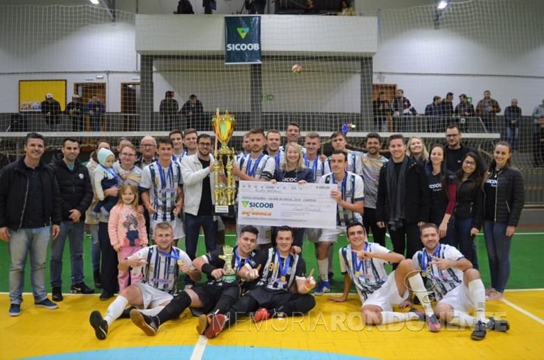 Atletas, dirigentes, autoridades e público  do Entre Rios Futsal comemorando a conquista do 43º Troféu Difusora.  Imagem: Acervo Alcindo Schneiders - FOTO 8 -