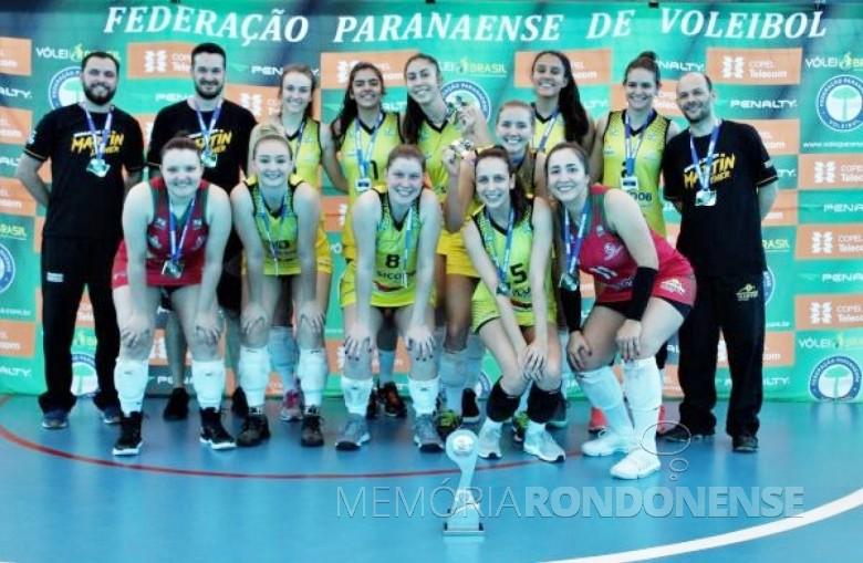 Equipe rondonense  de vôlei segunda colocada Campeonato Paranaense Adulto Série B Feminino 2018.  Á direita, o técnico Claudemiro dos Santos (Miro).  Imagem: Acervo Imprensa PM-MCR - FOTO 14 -
