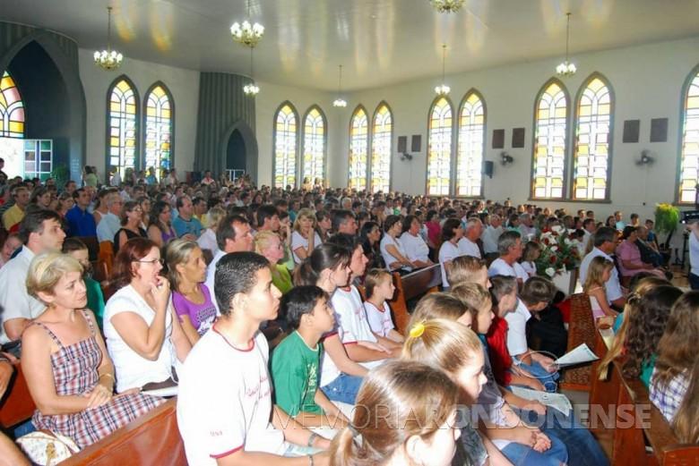 Participação de fiéis durante a primeira missa do padre Neimar Troes, na igreja católica de São Roque.  Imagem: Acervo pessoal - FOTO 3 -
