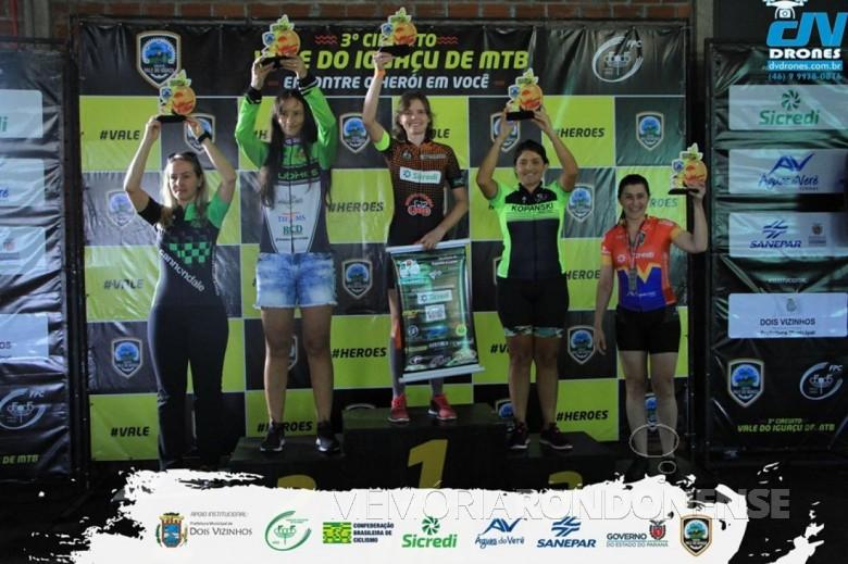 Ciclista rondonense Rosângela Cirstina Schmitz no pódio do Circuito Vale do Iguaçu de Mountainbike, em 2019.  Imagem: Acervo ARC - FOTO 8 -