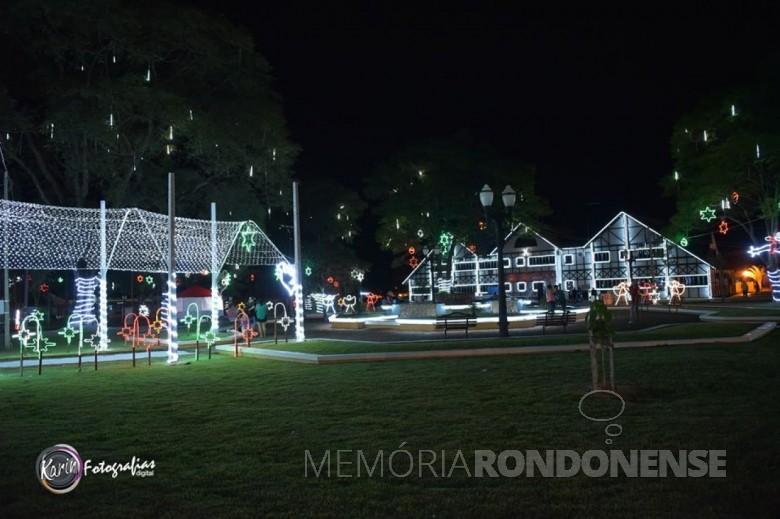 Ornamentação natalina da Praça Cristo-Rei, de Quatro Pontes, em 2017.  Imagem: Acervo Imprensa - PM - Quatro Pontes - FOTO 7 -