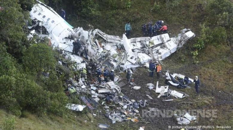 Destroços da avião da LaMia que transportava a equipe da Chapecoense.  Imagem: Acervo Deutsche Welle / picture-alliance/AP Photo/L.Benavides - FOTO 9 -