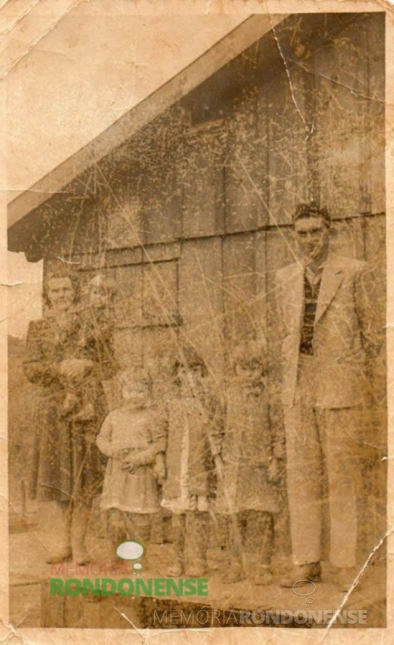 O pioneiro Leopoldo José Witeck e esposa Hilda Rauber (ambos em memória), com as filhas Sirlei, Marlene, Izoldi e no colo da mãe, o filho Laudi, fotografados em frente a primeira residência do casal na Linha São Cristóvão, construída em 1953. Imagem: Acervo Izoldi Witeck Adams – FOTO 3 -