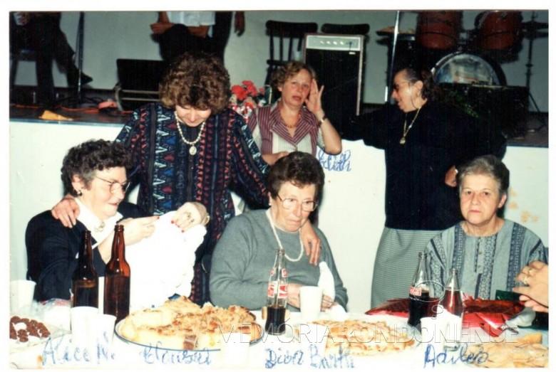 Homenagem a senhora Diva Paim Barth (em memória), em Marechal Cândido Rondon.  Sentadas:da esquerda para a direita, as pioneiras Alice Weirich e Diva Paim Barth (ambas em memória) e a pioneira Adiles Mohr Jochims.  Em pé, da esquerda à direita, Clausia Weirich Paneagua (primeira menina nascida na então General Rondon), a pioneira e professora Edite Feiden e a pioneira Magdalena Wenzel (em memória).  Imagem: Acervo Adiles e Vane Jochims - FOTO 5 -