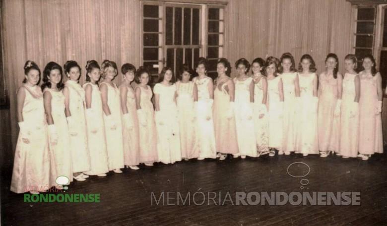 Apresentação das debutantes no primeiro Baile de Debutantes realizado em Marechal Cândido Rondon, no Clube Aliança.  Imagem: Acervo Cleci Kleemann e Clarice Dahmer