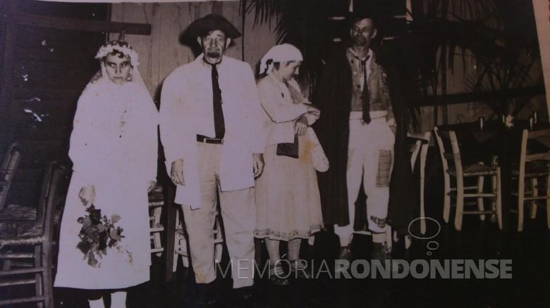 O pioneiro Albino Sukow com esposa Irene, como noivos em festa junina na cidade de Marechal Cândido Rondon.  O casal, à direita, é Alfredo e Elli (Diesel) Krause, como padrinhos de casamento.  Imagem: Acervo Clécio Krause - Naranjal - Paraguai - FOTO 4  -