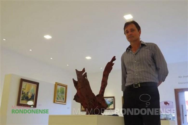 Ataídes junto a galeria e museu histórico implantados  por sua iniciativa em Marechal Cândido Rondon.  Imagem: Acervo O Presente