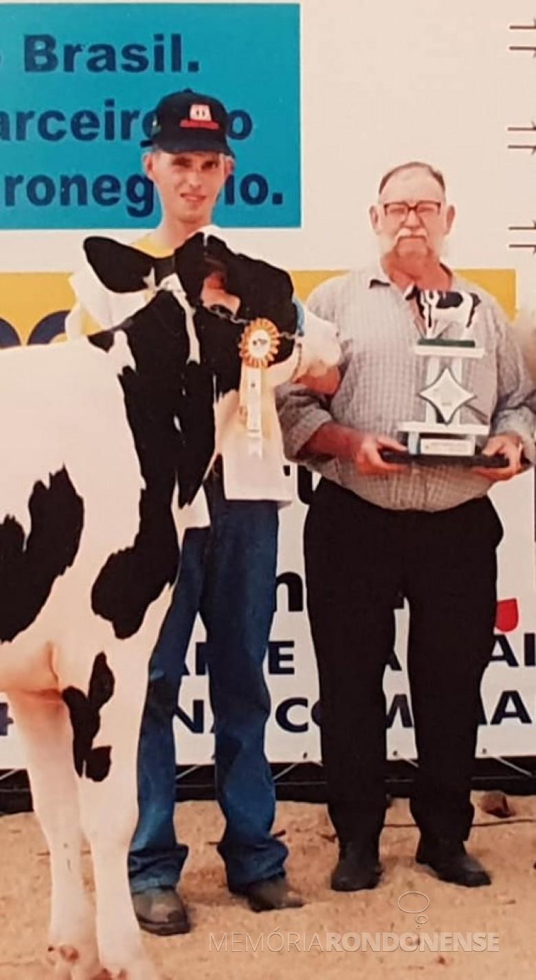 Pioneiro Germano Wiebusch, com o filho Elmo, premiado na Expo Rondon, na categoria gado leiteiro  de alta linhagem.  Imagem: Acervo Elmo Liebsch - FOTO 10 -