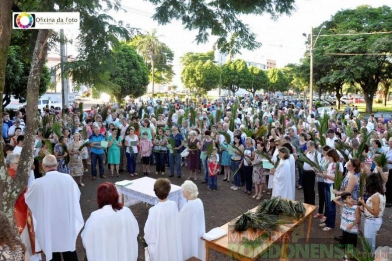 Celebração da missa de Domingo de Ramos no pátio da Pavilhão da Matriz Católica Sagrado Coração de Jesus. Imagem: Acervo Paróquia Sagrado Coração de Jesus - FOTO 3 -