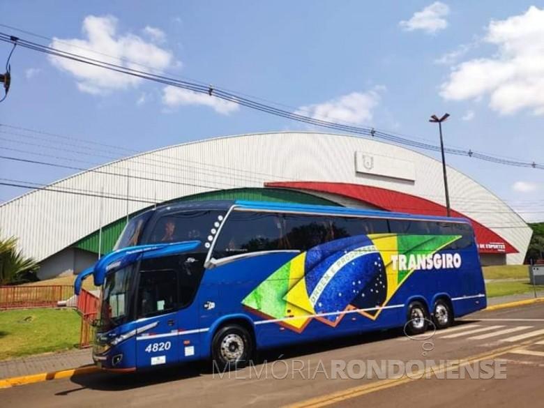 Ônibus da empresa  rondonense Transgiro com a nova personalização, fotografado em frente ao Ginásio de Esportes Ney Braga,na cidade de Marechal Cândido Rondon. Imagem: Acervo da empresa - FOTO 16