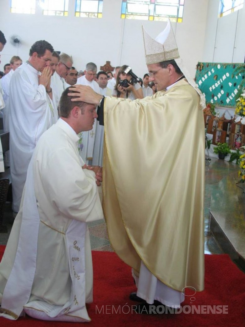 Instante da ordenação sacerdotal de Neimar Troes pelo então bispo D. Francisco Carlos Bach, da diocese de Toledo.  Imagem: Acervo pessoal  - FOTO 5 -
