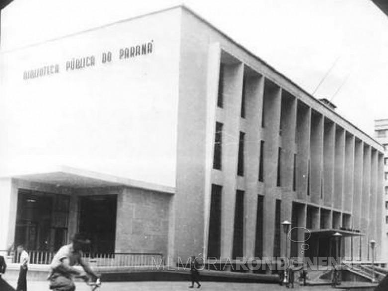 Biblioteca Pública do Paraná criada em 07 de março de 1857 e com inauguração da atual sede em 1954,  durante o governo de Bento Munhoz da Rocha Net. A solenidade contou com a presença do Presidente da República João Café Filho.  Imagem: Acervo  BPP - FOTO 2 -