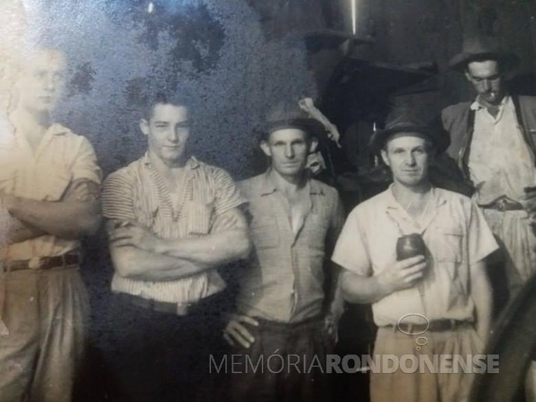 Os primeiros moradores de Quatro Pontes, os irmãos ARno Nicolau (3º da esquerda a direita) e Seno José Lang (de cuia) com os amigos: Seno Rambo, primeiro à esquerda e Alcídio Rambo. Á direita é Lauro Gauer.  Imagem: Acervo Família Lang - Quatro Pontes - FOTO 2 -