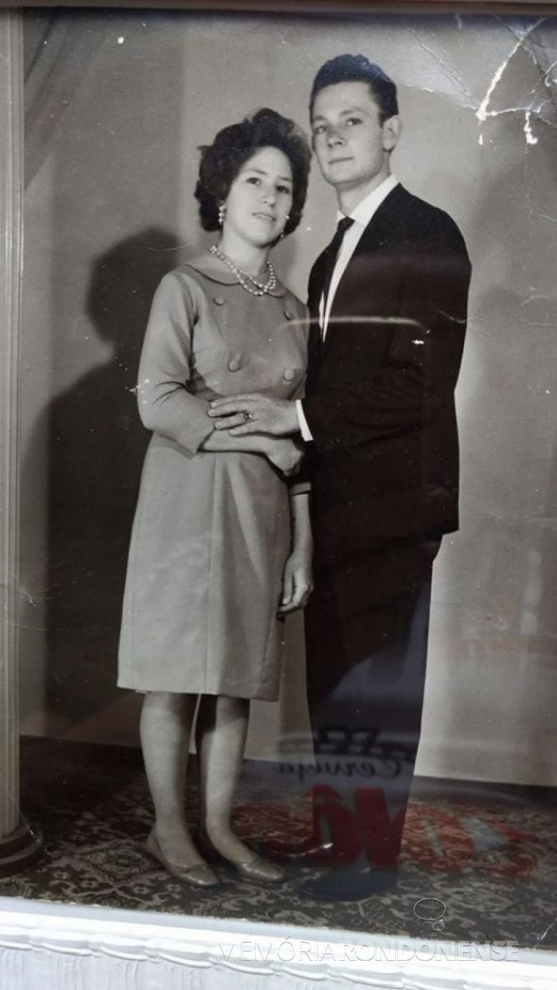 Casal Margarida Eugênia (nascida Martinazzo) e Ermin Alebrandt em foto do dia de seu casamento, em 15 de julho de 1967.  Imagem: Acervo da família - FOTO 5 -