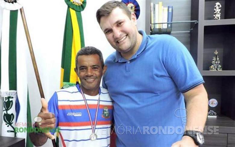 Atleta quatro-pontense Edivaldo Quintino recebido pelo prefeito municipal Pedro Fey, após a conquista de  medalha na Maratona Internacional de Foz do Iguaçu.  Imagem: Acervo O Presente - FOTO 6 -