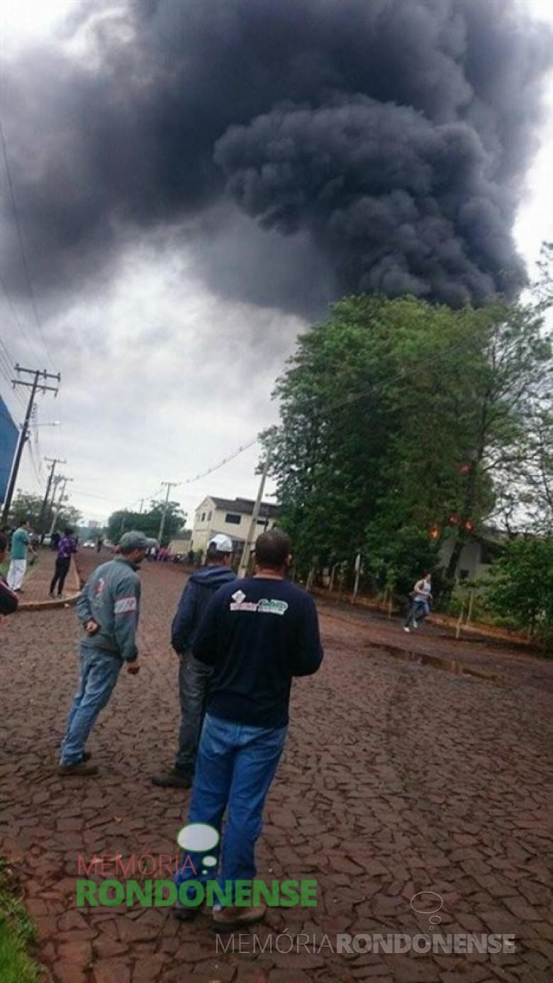 Incêndio na fábrica de bolas Alfa Bolas.  Imagem: Acervo O Presente - FOTO 8 -