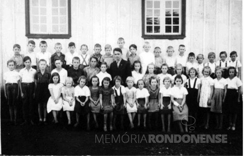 Primeiro grupo de alunos da então Escola Luterana Concórdia, fotografado ao lado da antiga capela da Congregção Cristo, junto com o primeiro professor pastor-praticante Theno Rheinheimer.  Imagem: Acervo do Colégio Luterano Rui Barbosa - FOTO 2 -