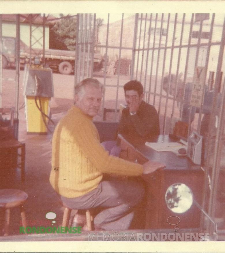 O pioneiro Waldir Winter (em memória) - de blusa amarela- no escritório do posto de combustível de sua propriedade - produtos Ipiranga, é hoje, O Posto de Combustíveis Panorama.  Imagem: Acervo Mirta Steinmacher - FOTO 1 -
