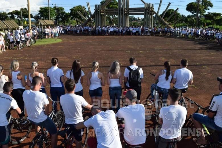 Corrente de oração em favor da recuperação da saúde do  jovem empresário Renan Francisco Schroeder, no Parque de Lazer Rodolfo Rieger, em Marechal Cândido Rondon.  Imagem: AquiAgora. net - FOTO 3 -