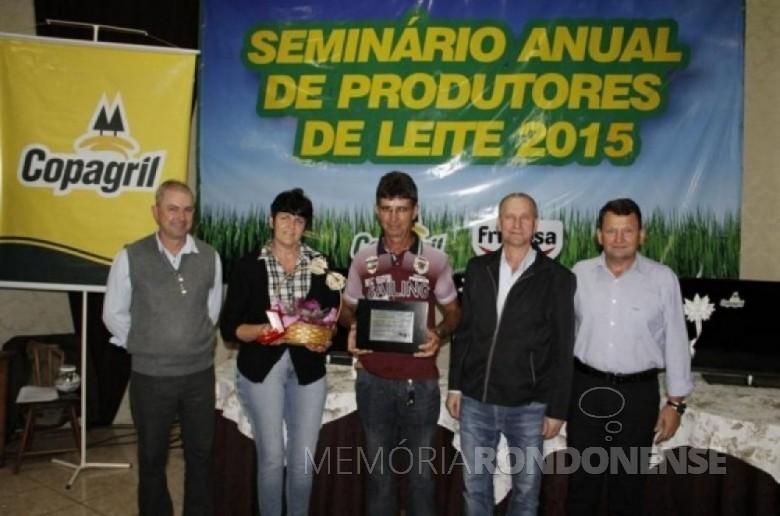 O produtor de leite João Pedro Fischer recebendo a premiação na categoria