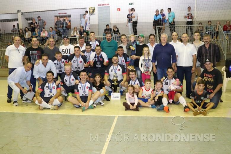 Equipe Beira Lago/Chico Pinturas/ Master Motos, time campeão na categoria adulto do Campeonato de Futsal 2019 de Pato Bragado.  Imagem: Acervo Imprensa PM - Pato Bragado.  Crédito: Marili Besso - FOTO 9 -