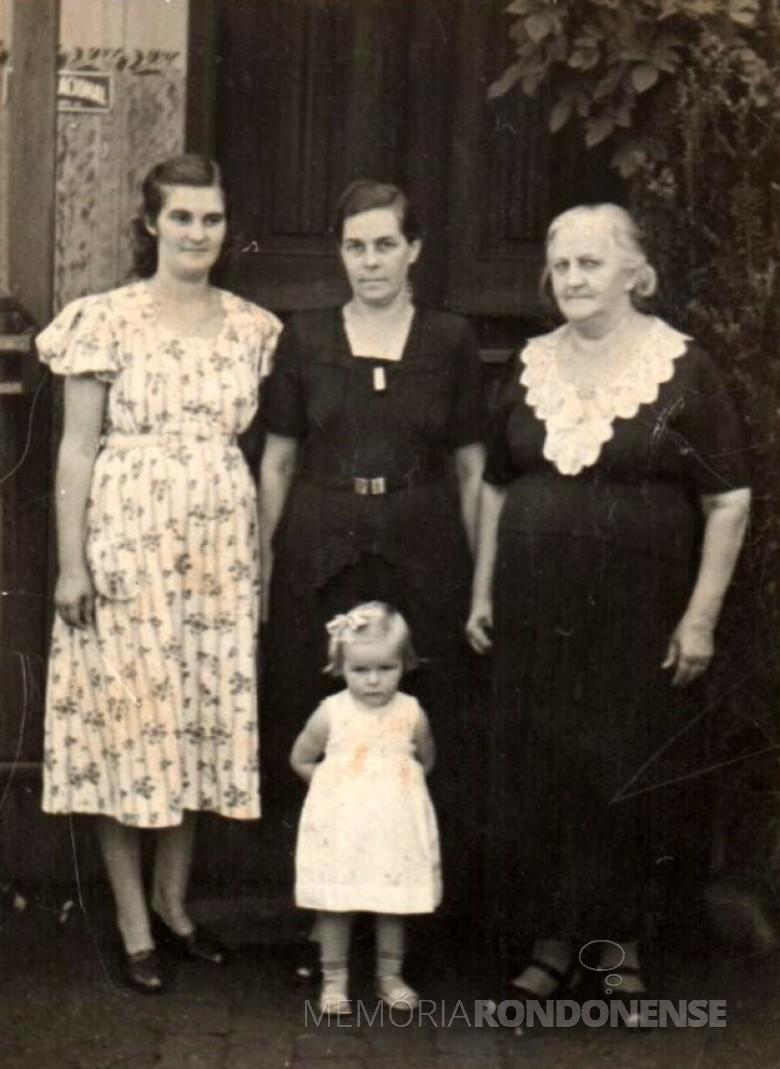 Helena Schmitz (ao centro), ladeada pela filha Úrsula Koniecziniak (esquerda) e pela mãe Tekla Koennen (a direita) e mais a neta Helena Koniecziniak.  Imagem: Acervo Edith von Borstel - FOTO 6 -