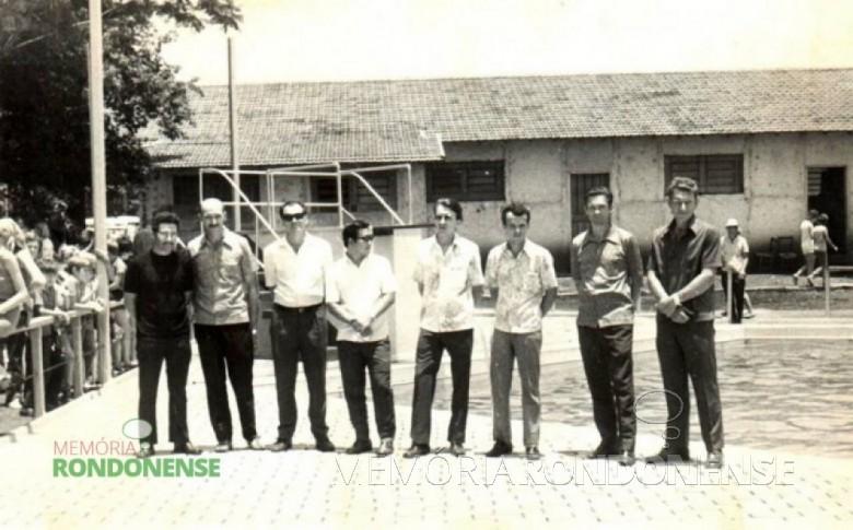 Solenidade de inauguração da piscina do Clube Concórdia Da esquerda para a direita: 1º - Valdomiro de Oliveira, 2º - Edmundo Granich, 3º - Amario Saatkamp (em memória), 4º - Dr. Helio Sakuragui, 5º - Alcido Port (in memorian), 6º - Zenon Dipp, 7º Eugênio Müller, e 8º - Auri Osmar Zart . Imagem: Acervo Guto Port - FOTO 4 -