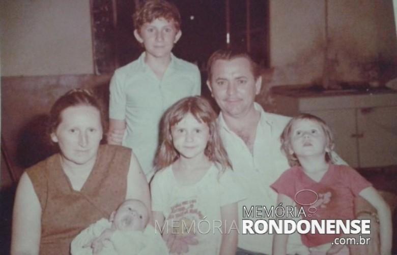 O pioneiro Egon Batschke, com a esposa e filhos. A família foi proprietária da histórica Confeitaria Rondon. (Imagem: Acervo Harri Walter Batschke) - FOTO 1