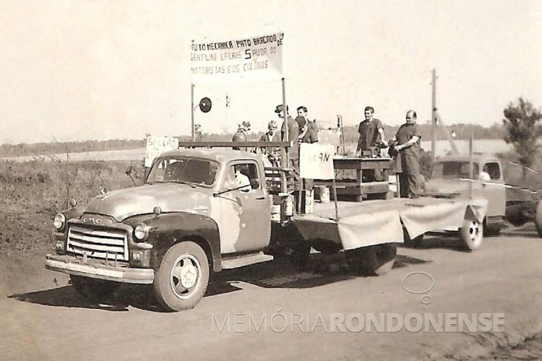 Desfile do carro alegórico da então Auto Mecânica Pato Bragado, de Francisco Gentilini e filhos.  Imagem: Acervo Elemar (Zeca) Gentilini - FOTO 5 -