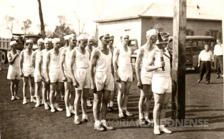 Grupo de jovens rondonenses pioneiros tendo a frente o jovem Harry Feiden (mais novo do grupo) com o Fogo Simbólico da Pátria.  Imagem: Acervo Hilga Schroeder/Mirta Steinmacher - FOTO 4 -