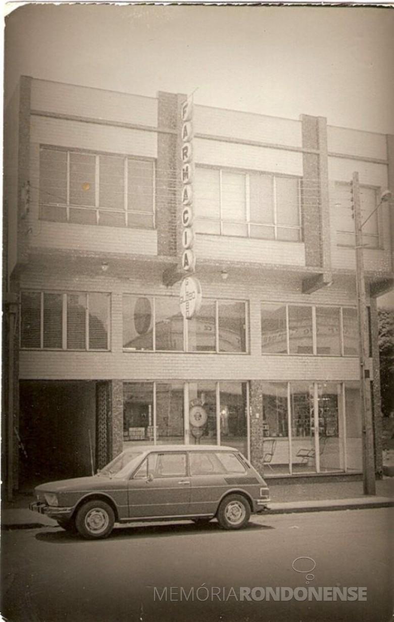 A tradicional Farmácia Globo em seu prédio novo no começo da década de 1970 e que continua funcionamento no mesmo local.  Imagem: Acervo Lino Della Giustina e família -  FOTO 3 -