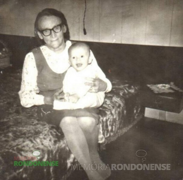 A pioneira Catarina Salamon Steinmacher na companhia de um neto, falecida em agosto de 1992.   Imagem: Acervo Edeltraud Steinmacher Lettnin - FOTO 4 –