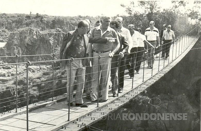 João Batista Figueiredo cruzando uma das pontes existentes nas Sete Quedas. Imagem: Acervo Marcelo Aquino - Flickr - FOTO 8 -