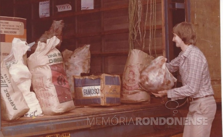 Outro instante da colaboração do jornalista Airton Kramer no carregamento dos víveres angariados.  Imagem: Acervo Memória Rondonense - FOTO 8 -