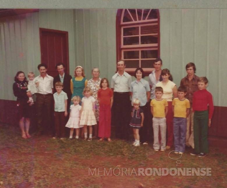 Pioneiro Evaldo Herdt e familiares, em foto feita junto a igreja católica de Linha São Marcos, município de Mercedes.  Da esquerda para a direita, adultos:  Melita (filha), Henrique Antunes (genro, esposo da Melita), Vendelino (filho), Berta Degering (nora, esposa do Vendelino), Natalia Schreiber ( segunda esposa do Evaldo Herdt;  a primeira Hilda Hikel, faleceu quando a Melita e o Vendelino, filhos dela, tinham 3 e 1 anos, respectivamente); Evaldo (pioneiro), Deonilda (filha), Dionisio (filho), Leonita Antunes (neta, nascida em Santa Catarina), Deolesio (filho), e Ademar Antunes, de camiseta vermelha (neto, nascido em Santa Catarina).  As crianças, da esquerda à direita:  no colo Valnita Antunes (neta);  Marcio (neto), Noeli (neta), Noemia (neta), os três são filhos de Vendelino;  de vermelho,  Dalva Maria (única filha do casal e Evaldo Herdt nascida no Paraná), Erenita Antunes (neta), Leomar Antunes (neto) e Osmar Antunes (neto, nascido em Santa Catarina). Já são falecidos, a mãe em 31.12.2008, o Deolesio, 30.07.2010 e o pai 26.07.2016 (identificação enviada por Dionísio Herdt).  Imagem: Acervo pessoal - FOTO 2 -