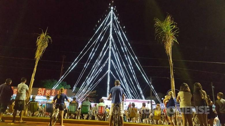 Evento natalino junto ao pátio da Rádio Tropical FM, de Quatro Pontes, dezembro de 2017.  Imagem: Acervo Imprensa - PM-Quatro Pontes - FOTO 8 -