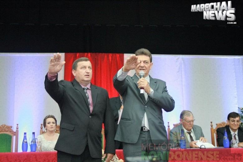 Noedi Hardt (e) e Norberto Pinz  (d) prestando juramento aos cargos de vice-prefeito e prefeito de Nova Santa Rosa.  Imagem: Acervo Marechal News FOTO 7 -