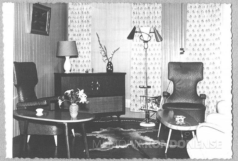 Outra vista da sala de estar da residência do casal Seyboth, em 1957.