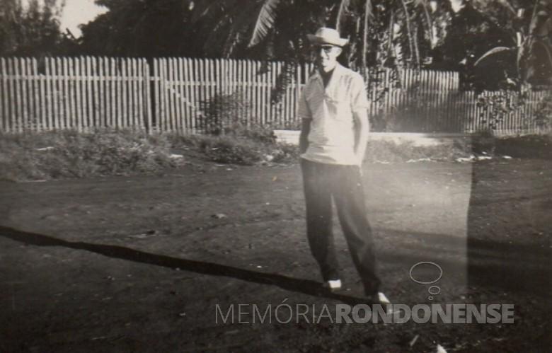 Alfredo Bausewein numa rua na antiga vila de General Rondon.  Na foto, uma amostra das antigas cercas de ripas, tão comuns para  separação de jardins e hortas.