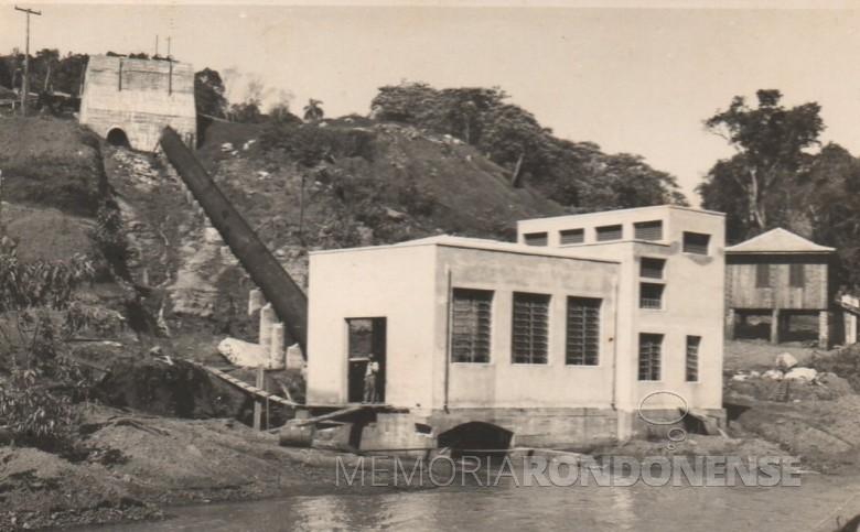 Antiga usina de produção de energia elétrica no Rio Guaçu, no distrito de Novo Sarandi, no município de Toledo.  Essa usina fornecer energia para Toledo, Quatro Pontes, Marechal Cândido Rondon, Nova Santa Rosa e Palotina.