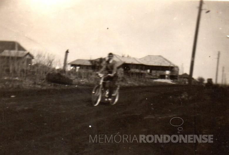 O jovem pioneiro Alfredo Bausewein passeando de bicicleta na Avenida Rio Grande do Sul, em imagem de 1955.