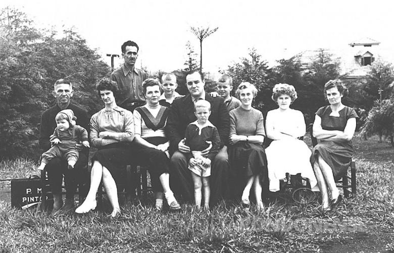 Dr. Seyboth e esposa D.  Ingrun, filhos e funcionários, em 1958.