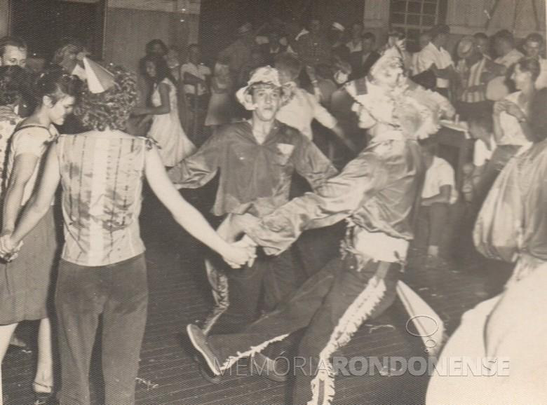 Outro instante do baile de Carnaval no extinto Salão Wayhs.  O jovem com calça de franja é Alfredo Bausewein.