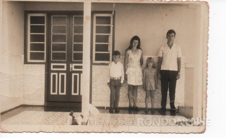 Casal Maria e Adolfo Oscar Kunzler com os filhos Ivo e Ilse nascidos, respectivamente, em 1963 e 1965, em foto junto a residência da família em Porto Mendes, na Linha São Carlos.