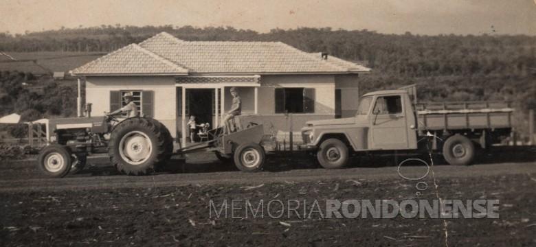 Adolfo Oscar Kunzler com os filhos Ivo e Ilse, em foto com o trator e a pick-up de sua propriedade. Ao fundo, a residência da família na Linha São Carlos, no distrito rondonense de Porto Mendes.