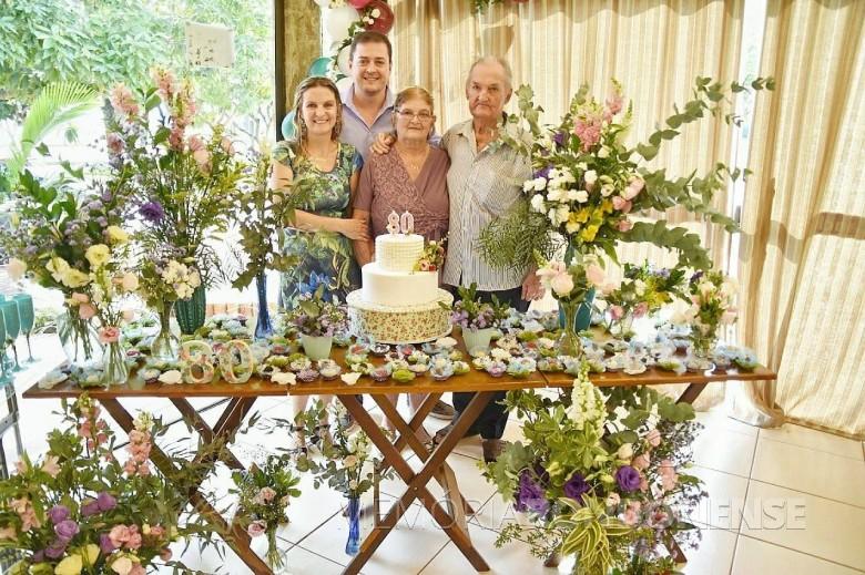 Casal Adolfo Carlos e Maria Kunzler com os filhos Renato e Claci Maria no aniversário de 80 anos da esposa e mãe.
