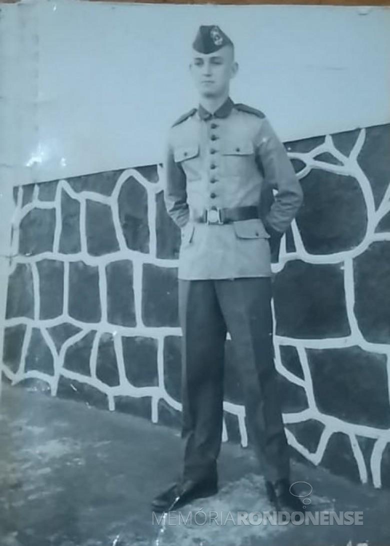 Adolfo Oscar Kunzler  em traje militar durante a prestação do serviço militar na cidade de Guaíra (PR).