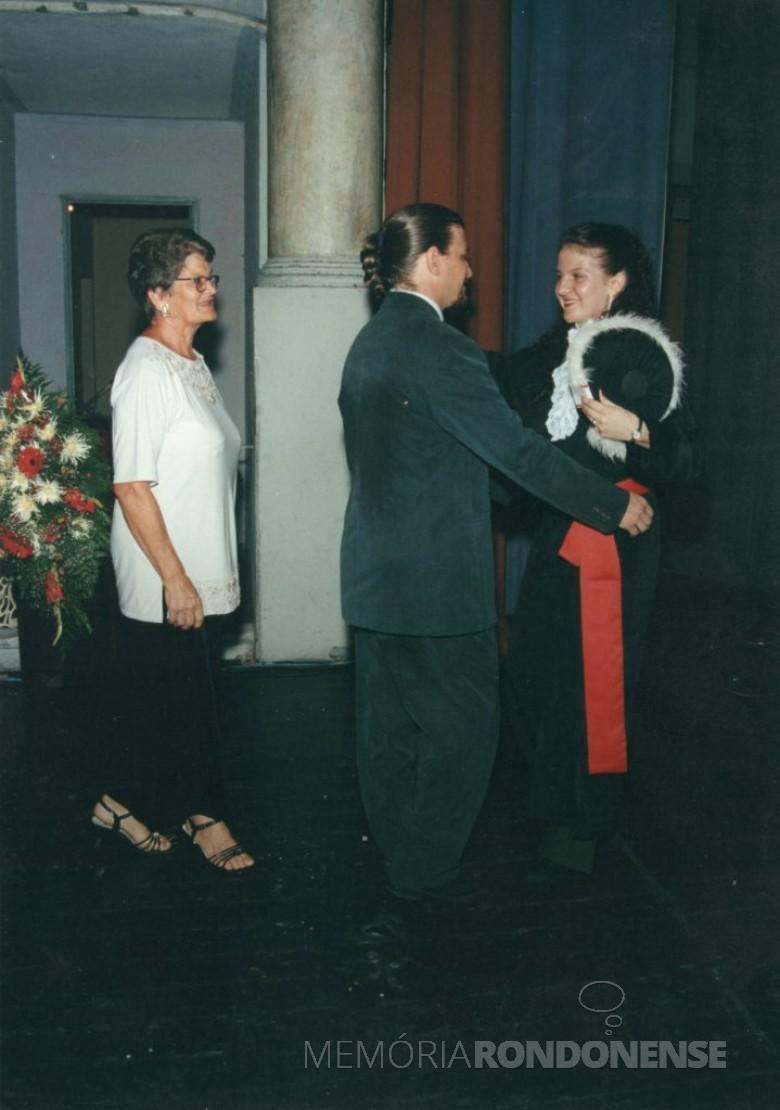 Graduação em Direito da filha Claci Maria, pela Universidade Federal de Pelotas,cumprimentada pelo irmão Ivo na companhia Maria.