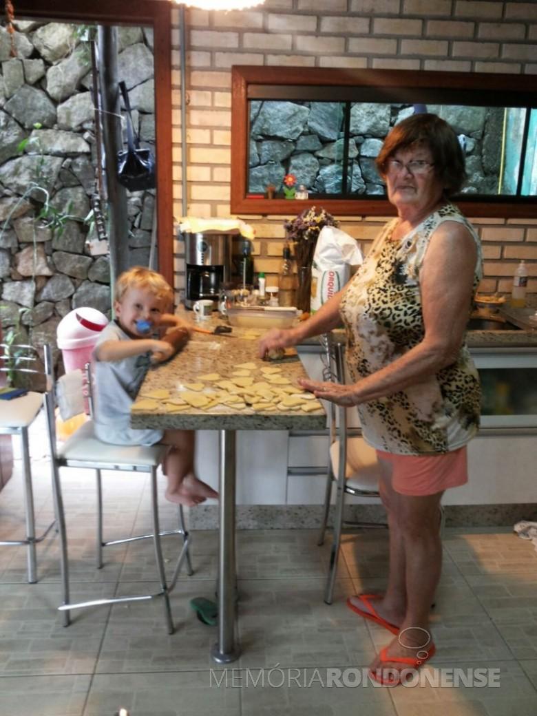 A pioneira Maria (nascida Becker) Kunzler com o neto Heitor, na cidade de São José, na região metropolitana de Florianópolis.